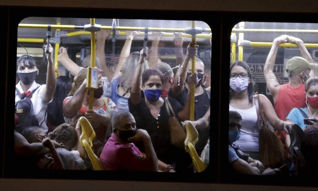 O Transoeste já circula superlotado: prefeitura autorizou viagem de passageiros em pé, mas diz que medida ainda não vale Foto: Domingos Peixoto / Agência O Globo