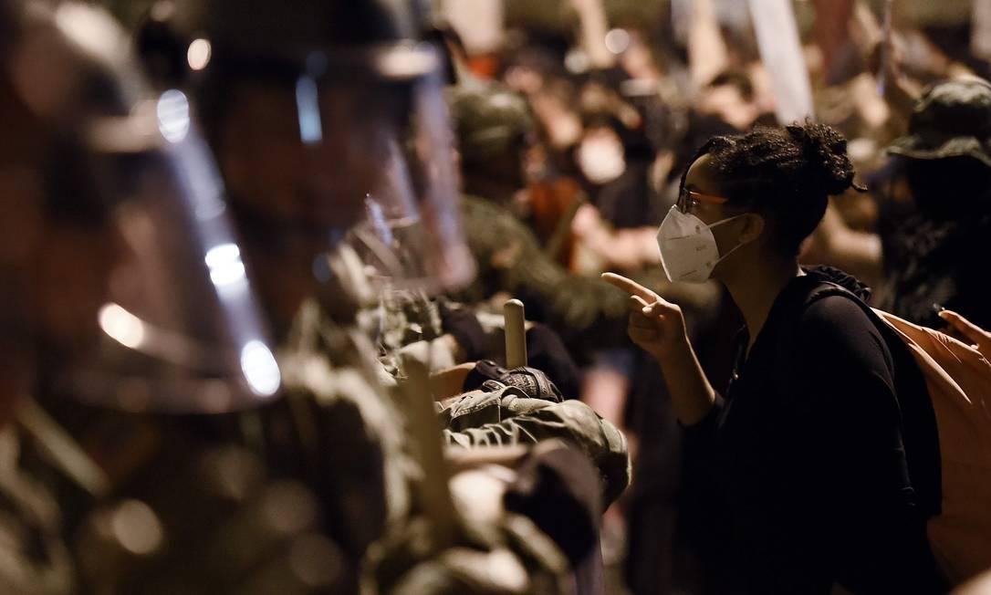 Policiais e manifestantes se enfrentam perto da Casa Branca, minutos antes do toque de recolher, durante protesto contra a morte de George Floyd, em 3 de junho Foto: OLIVIER DOULIERY / AFP - 3/06/2020