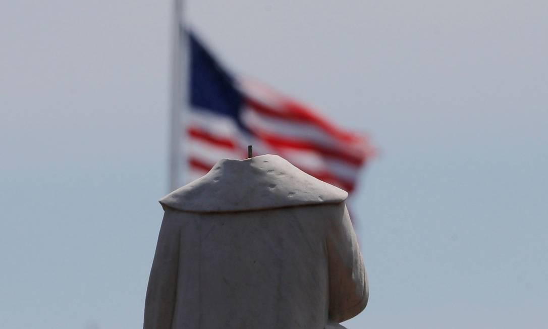 """Estátua de Cristóvão Colombo foi """"decapitada"""" em protestos, em Boston, Massachusetts Foto: BRIAN SNYDER / REUTERS"""