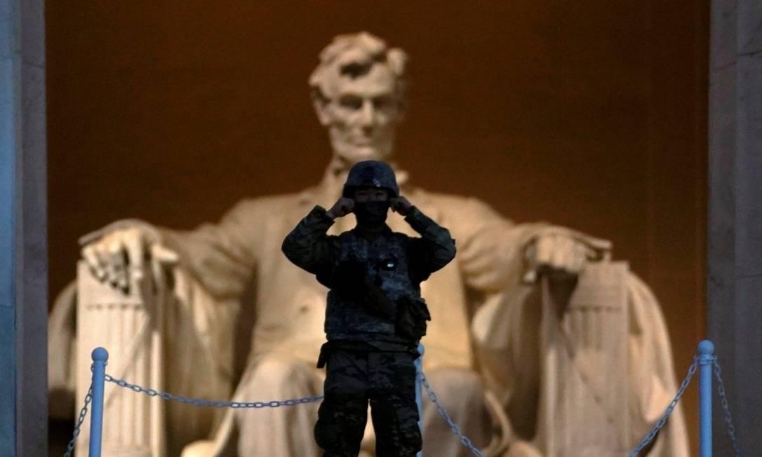 Ao nascer do sol, um soldado vigia o memorial a Abraham Lincoln, depois de uma noite de protestos Foto: KEVIN LAMARQUE / REUTERS