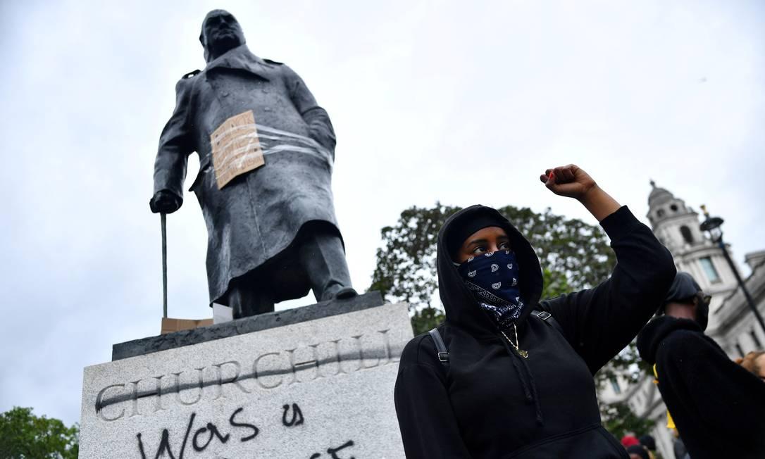 """Pichação na estátua de Winston Churchill, na Parliament Square, em Londres, denuncia: """"ele foi um racista"""" Foto: Dylan Martinez / REUTERS"""