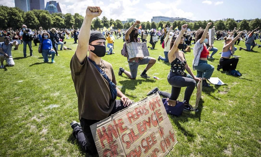 Protesto em Malieveld, Holanda, do movimento Vidas Negras Importam. A adesão de brancos aos protestos antirracista é a fonte da esperança para mudança, mas o histórico de esquecimento traz a incerteza Foto: REMKO DE WAAL / AFP