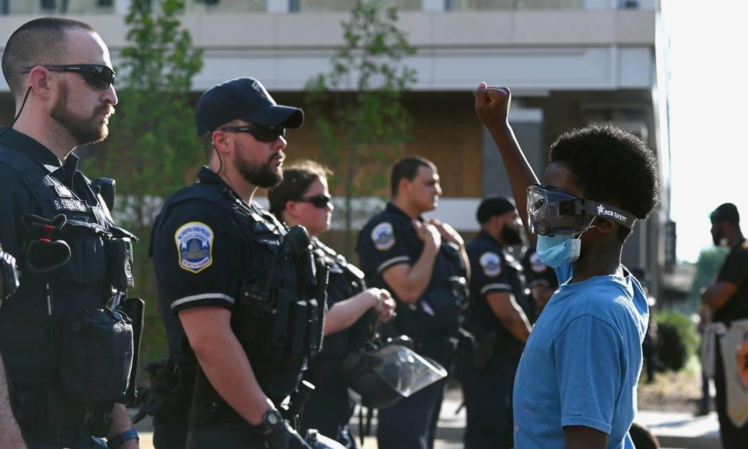 """Jacob Belay Barack Smith, da cidade de Nova York, 10 anos, enfrenta policiais, no em torno do local batizado de """"Black Lives Matter Plaza"""", perto da Casa Branca em Washington Foto: ERIN SCOTT / REUTERS"""
