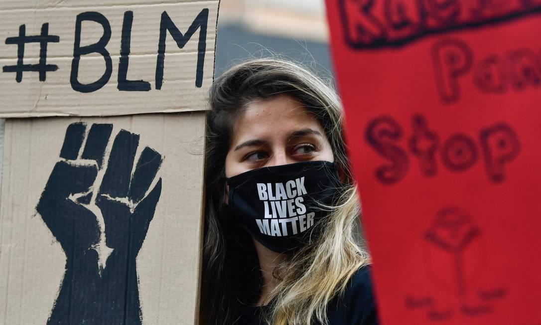 Búlgara, vestindo máscara facial, estampada de Vida Negras Importam, participa de protesto no centro da capital Sofia Foto: NIKOLAY DOYCHINOV / AFP
