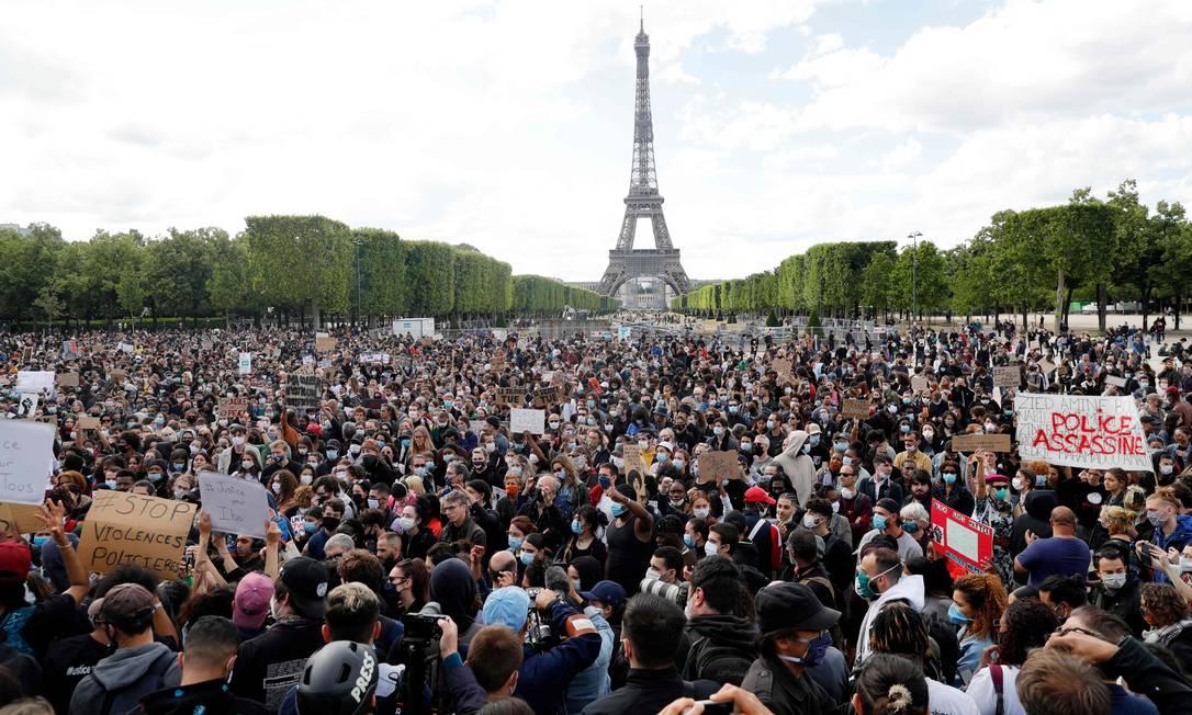 Champ de Mars, em Paris, foi tomado por manifestantes no dia 6 de junho. Mais de 20 mil foream às ruas para lembrar também de Adama Traore, um jovem negro assassinado pela polícia, na França, em 2016 Foto: GEOFFROY VAN DER HASSELT / AFP