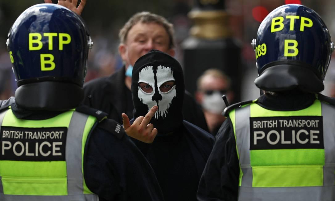 A luta antirracista despertou reações da extrema-direita e grupos supremacistas que provocaram manifestantes do movimento Vidas Negras Importam, sem serem incomodados pela polícia, em Londres, na Inglaterra – o que se viu em países como EUA e Brasil Foto: SIMON DAWSON / REUTERS