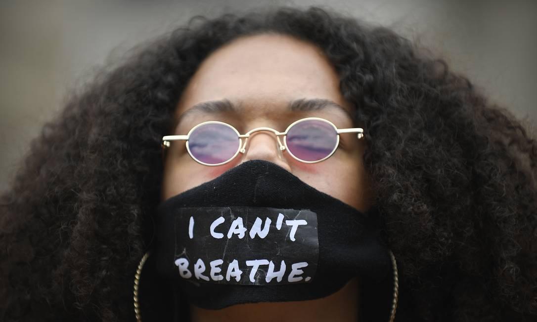 """Mulher usa máscara com a frase """"eu não consigo respirar"""", durante protesto em Barcelona, na Espanha Foto: JOSEP LAGO / AFP"""