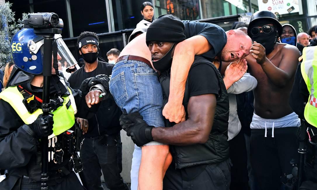Um desses provocadores de extrema-direita acabou sendo agredido por manifestantes do Vida Negras Importam e fez com que o gesto do personal trainer Patrick Hutchinson viralizasse . Ele esgatou um homem branco de extrema-direita, durante protestos em Londres, na Inglaterra Foto: DYLAN MARTINEZ / REUTERS