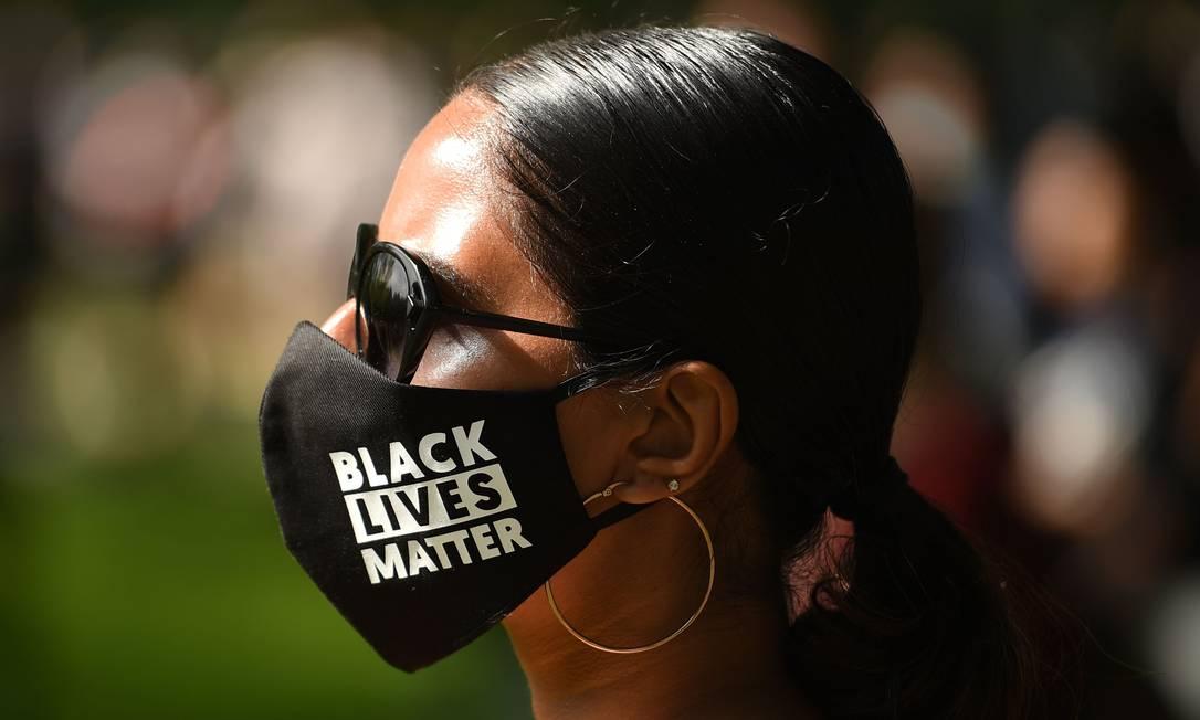 Manifestante usa uma máscara protetora com Black Lives Matter escrito no tecido em uma, em Leeds, no norte da Inglaterra Foto: OLI SCARFF / AFP