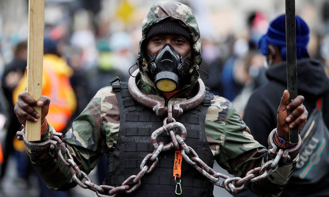 Um manifestante usa correntes e uma máscara durante um protesto do Black Lives Matter, na Praça do Parlamento em Londres, Inglaterra Foto: JOHN SIBLEY / REUTERS