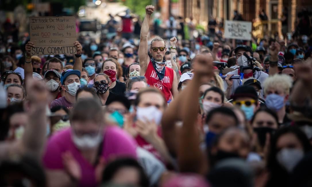 Manifestantes levantam os punhos durante uma manifestação contra o racismo e a brutalidade policial em Pittsburgh, Pensilvânia Foto: MARANIE R. STAAB / AFP
