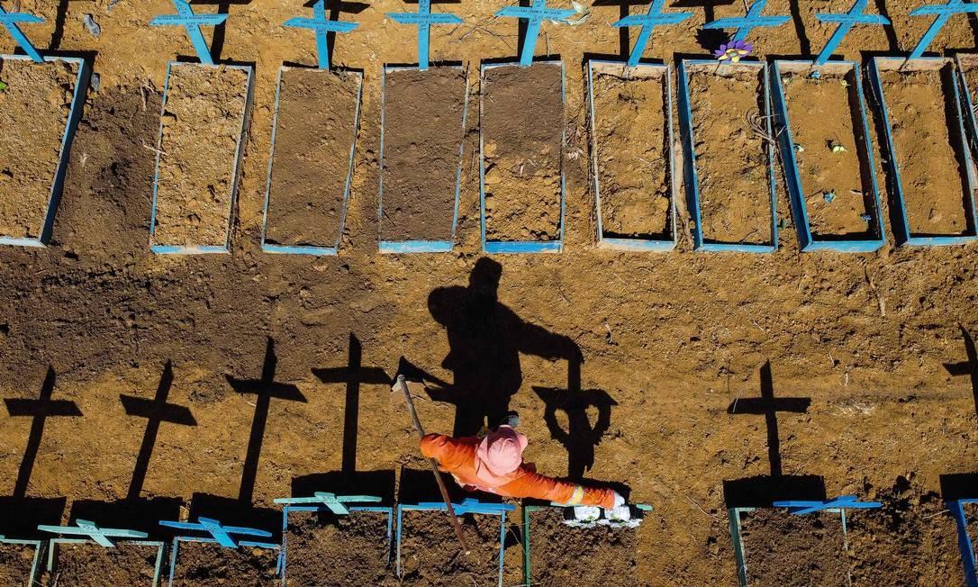 Covas rasas em cemitério de Manaus, Amazonas, para vítimas da Covid-19 Foto: MICHAEL DANTAS / AFP