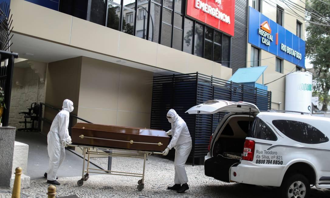 Corpo de v ítima da Covid-19 é retirado de hospital no Rio de Janeiro Foto: PILAR OLIVARES / REUTERS