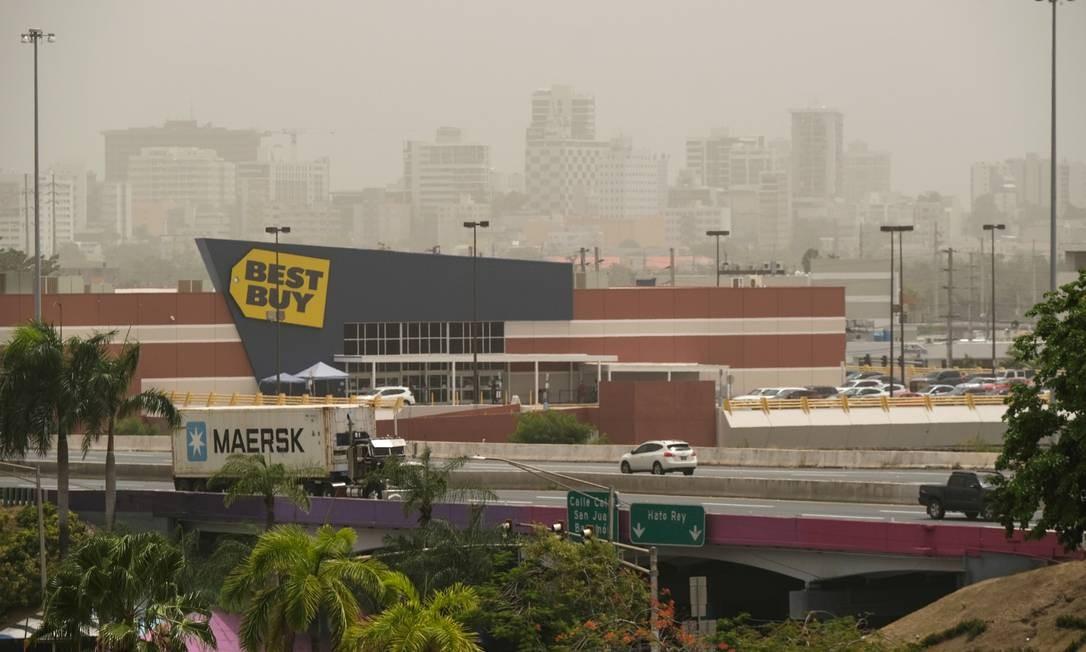 Horizonte ficou nebuloso em San Juan, Porto Rico. A nuvem de poeira se deslocou para o leste do Caribe no fim de semana, e na terça-feira estava em Hispaniola, Jamaica, Porto Rico e no leste de Cuba. Seu avanço continuou para o oeste e a América Central, bem como o sul dos Estados Unidos Foto: GABRIELLA N. BAEZ / REUTERS