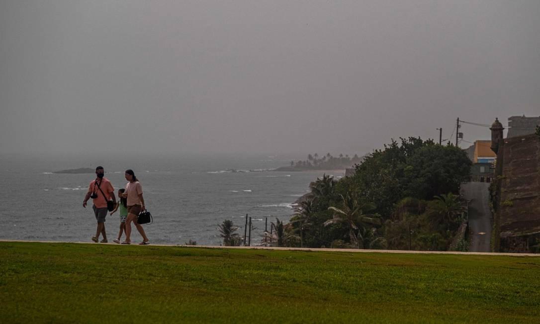 Uma nuvem de poeira do Saara fica sobre a cidade de San Juan, Porto Rico Foto: RICARDO ARDUENGO / AFP