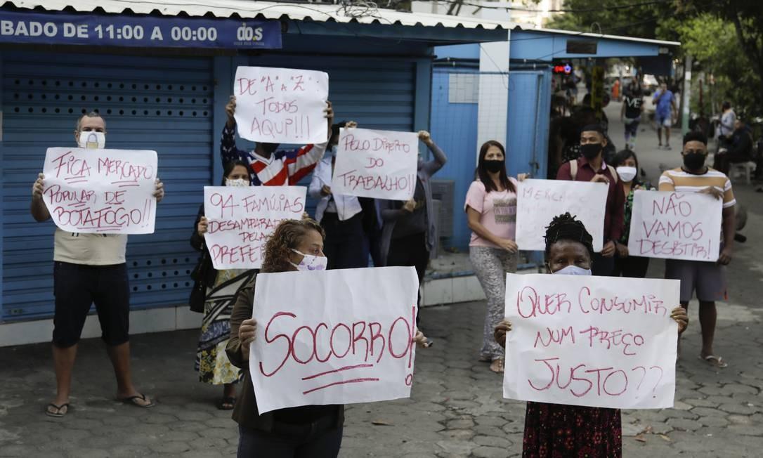 Comerciantes fazem protesto contra a construtora Foto: Gabriel de Paiva / Agência O Globo