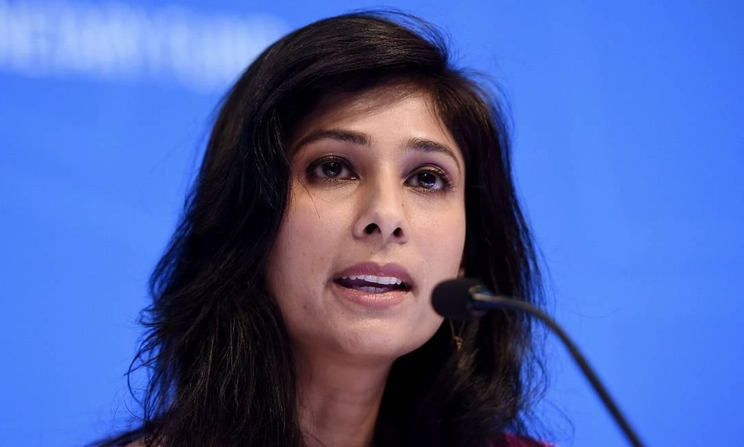 Gita Gopinath, diretora do Departamento de Pesquisa do FMI, que assina o relatório: incerteza e grande recessão Foto: Oliivier Douliery / AFP
