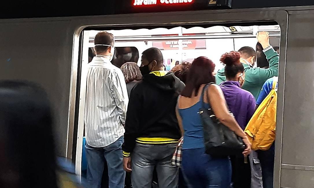 Aglomeração em composição do metrô na estação Central do Brasil, no Rio, na última terça-feira (23) Foto: FABIANO ROCHA / Agência O Globo
