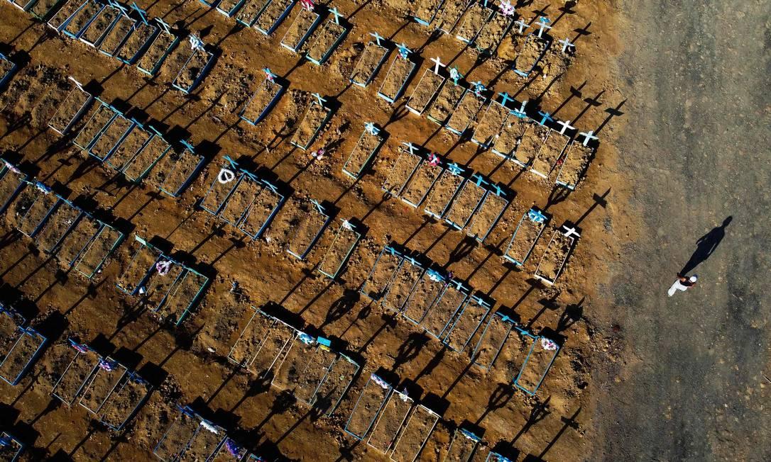 Imagem aérea do cemitério Nossa Senhora Aparecida, em Manaus. Foto: MICHAEL DANTAS / AFP