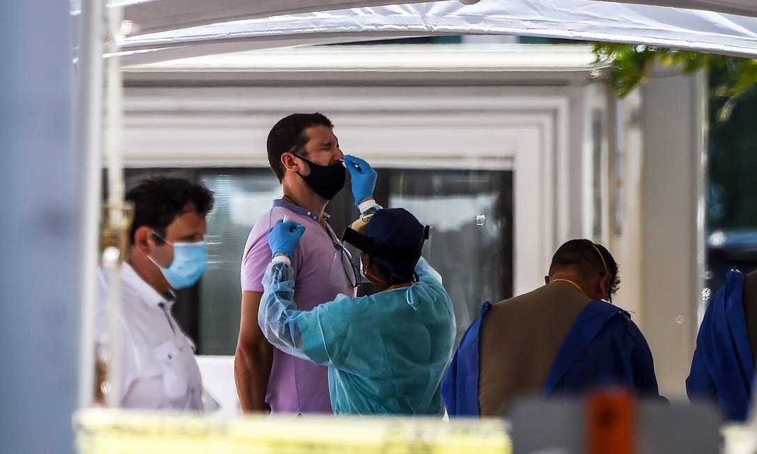 Homem faz teste de Covid-19 em Miami Beach, no estado da Flórida, nos EUA Foto: Chandan Khanna / AFP