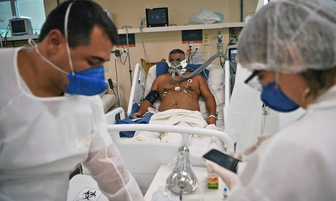 Paciente com Covid-19 é tratando em hospital de Niterói, no RJ. Foto: CARL DE SOUZA / AFP