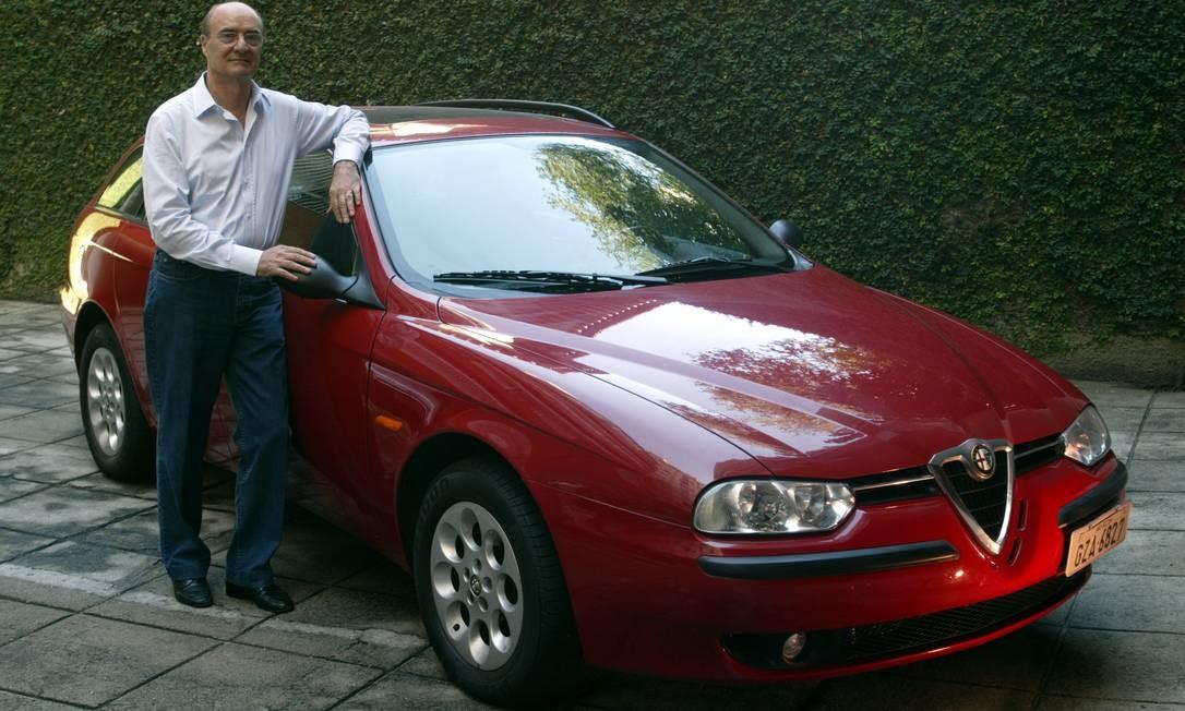 Alfredo Migani, por muitos anos concessionário Alfa Romeo no Rio, e sua 156 SW ano 2001 Foto: André Teixeira / Agência O Globo / 4-7-2003