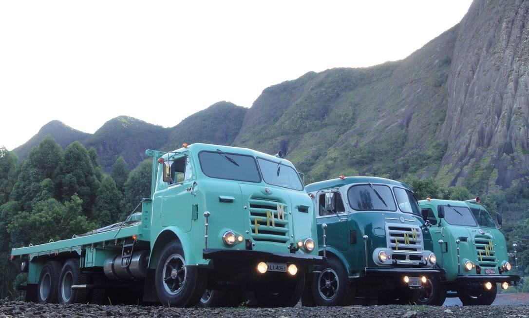 Um trio de caminhões FNM na estrada Rio-Bahia Foto: Jason Vogel / Agência O Globo / 10-2-2011