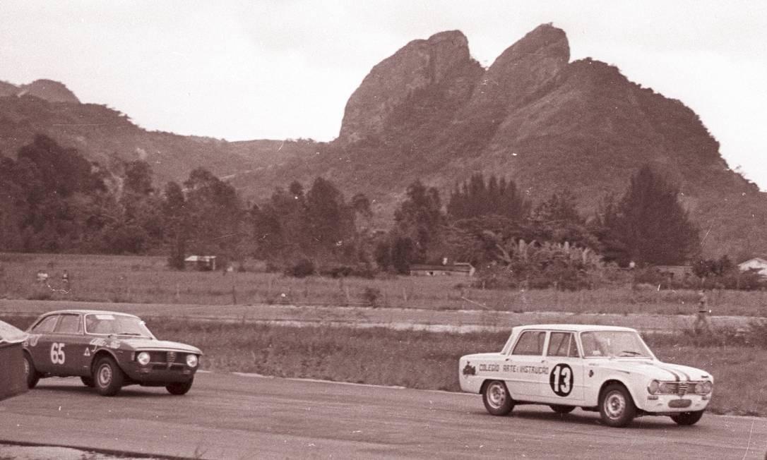 Campeonato Carioca de Turismo em Jacarepaguá, 1967 - Alfa Romeo Giulia (13) e GTA (65) Foto: Arquivo / Agência O Globo / 4-6-1967