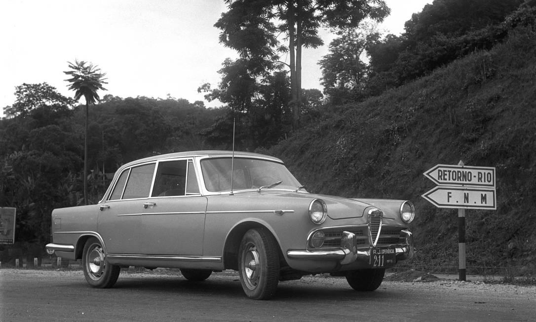 A luxuosa Alfa Romeo 2000 berlina (1958) virou FNM JK no Brasil, em 1960 Foto: Agência O Globo / 26-1-1960