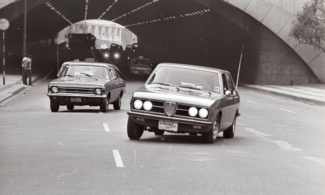 Copacabana, 1974: teste do Alfa Romeo 2300 Foto: Rodolpho Machado / Agência O Globo / 20/07/1974