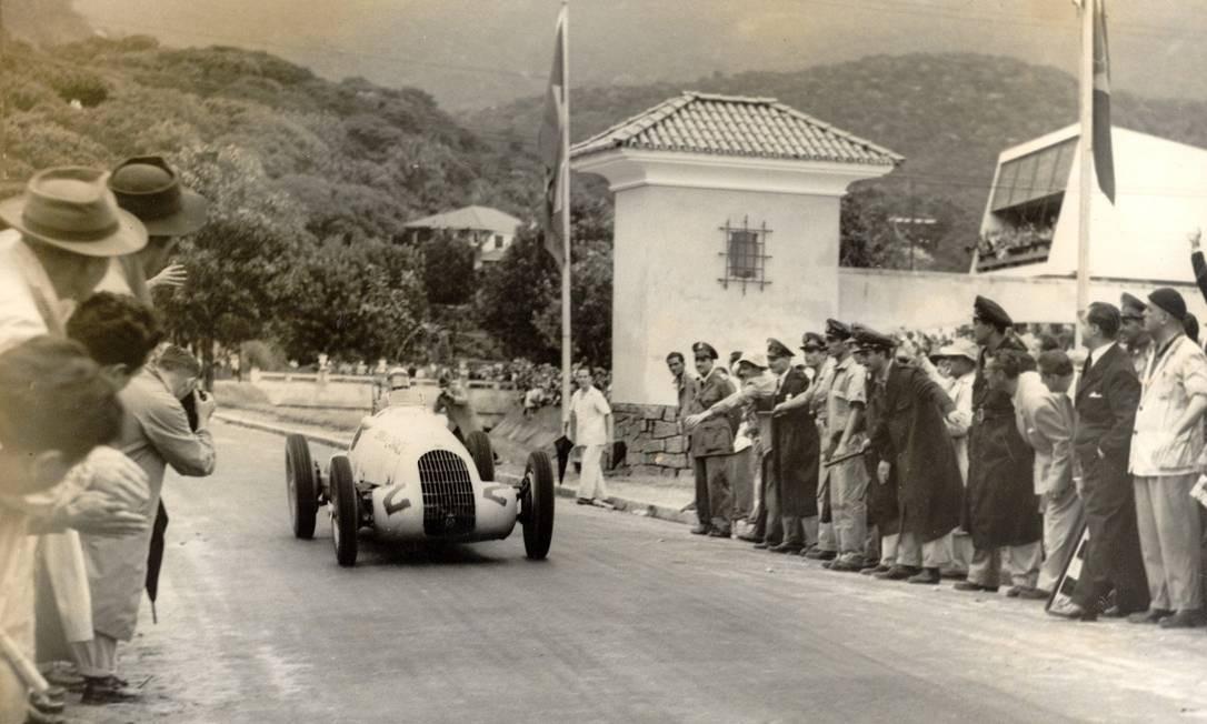 Circuito da Gavea de 1947 - Chico Landi, de Alfa, passa pela comporta da Visconde de Albuquerque Foto: Arquivo O Globo / 20-4-1947