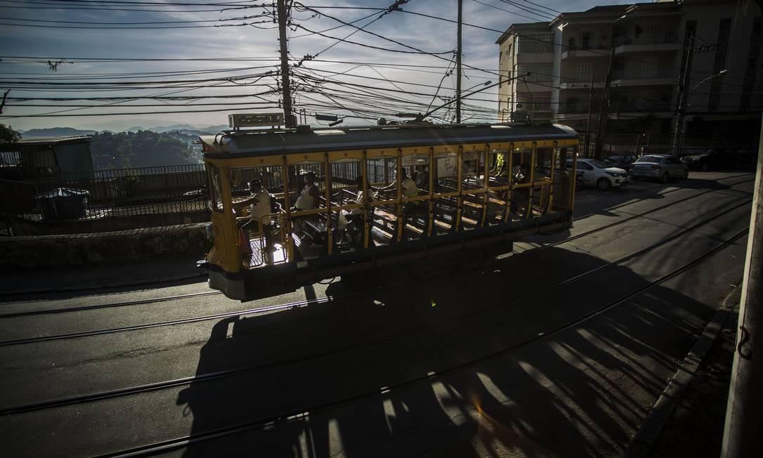 Bondinhos de Santa Teresa, bairro da região central do Rio, voltaram a circular nesta quarta-feira (24). A operação do sistema de bondes estava suspensa desde 21 de março, por conta da pandemia de Covid-19 Foto: Guito Moreto / Agência O Globo
