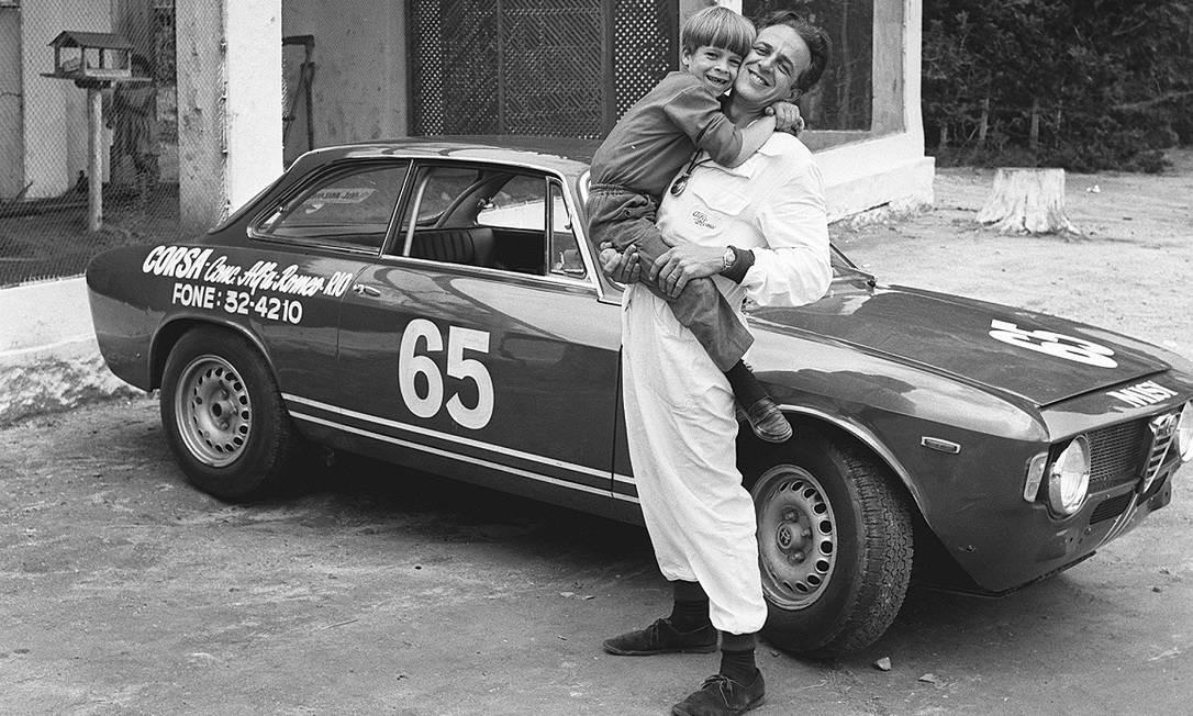 Mario Olivetti (1929-2020), piloto que brilhou com Alfa, abraça seu filho em um intervalo do I Campeonato Brasileiro de Subida de Montanha, na Rio-Petrópolis (1967). Carro: Alfa Romeo GTA Foto: Agência O Globo / 27-11-1967