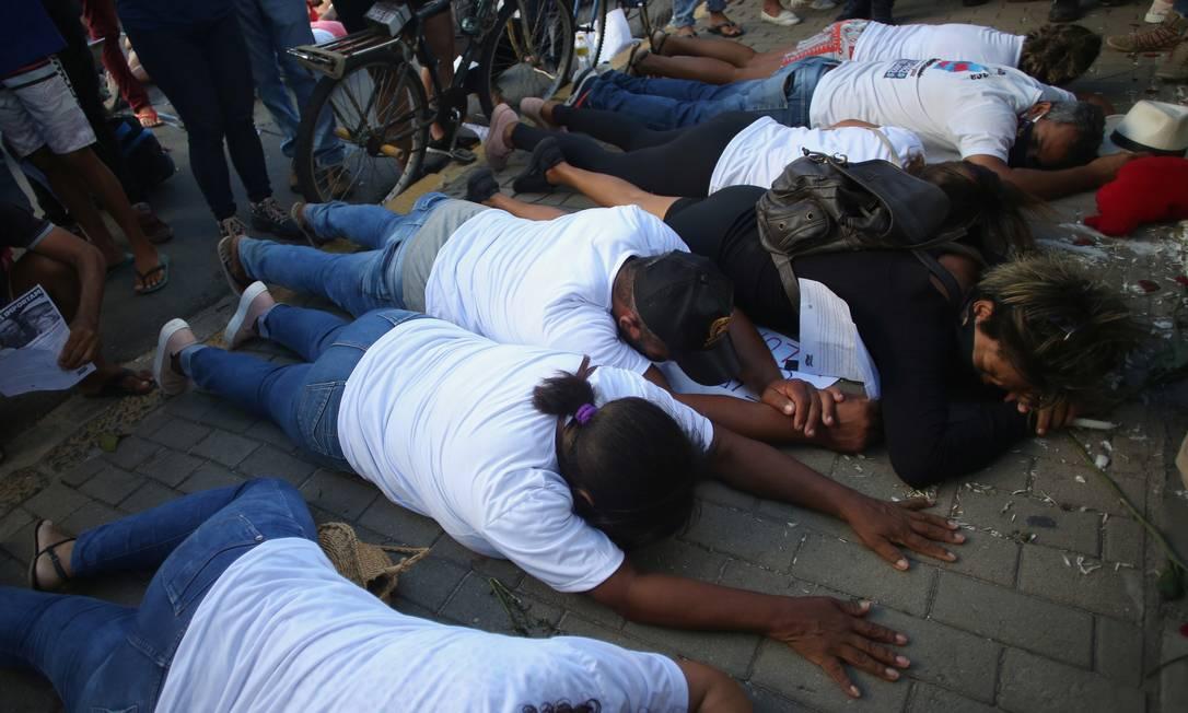 Manifestantes deitaram no chão, em frente ao prédio de onde Miguel Otávio Santana da Silva, de 5 anos, que estava sob os cuidados da patroa, e foi deixado sozinho para acessar o elevador para procurar a mão. Segundo a polícia, o menino desceu no 9º andar, escalou uma grade na área dos aparelhos de ar-condicionado e caiu, na cidade de Tamandaré, no Recife Foto: STRINGER / REUTERS
