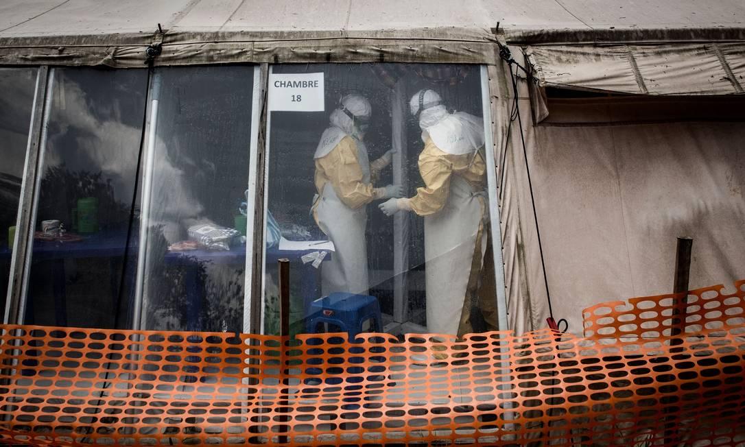 Profissionais de saúde trabalham dentro da chamada 'zona vermelha' em centro de tratamento contra o ebola na cidade de Butembo, na República Democrática do Congo, em foto de março de 2019 Foto: JOHN WESSELS / AFP