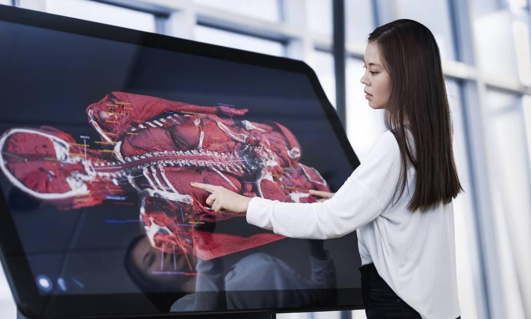 A tecnologia é uma aliada no ensino da medicina pós-Covid-19: alunos da pós-graduação na área médica da Estácio aprendem de forma interativa na mesa digital de dissecação e casos clínicos. *Imagem ilustrativa do projeto. Foto: Divulgação – Estácio