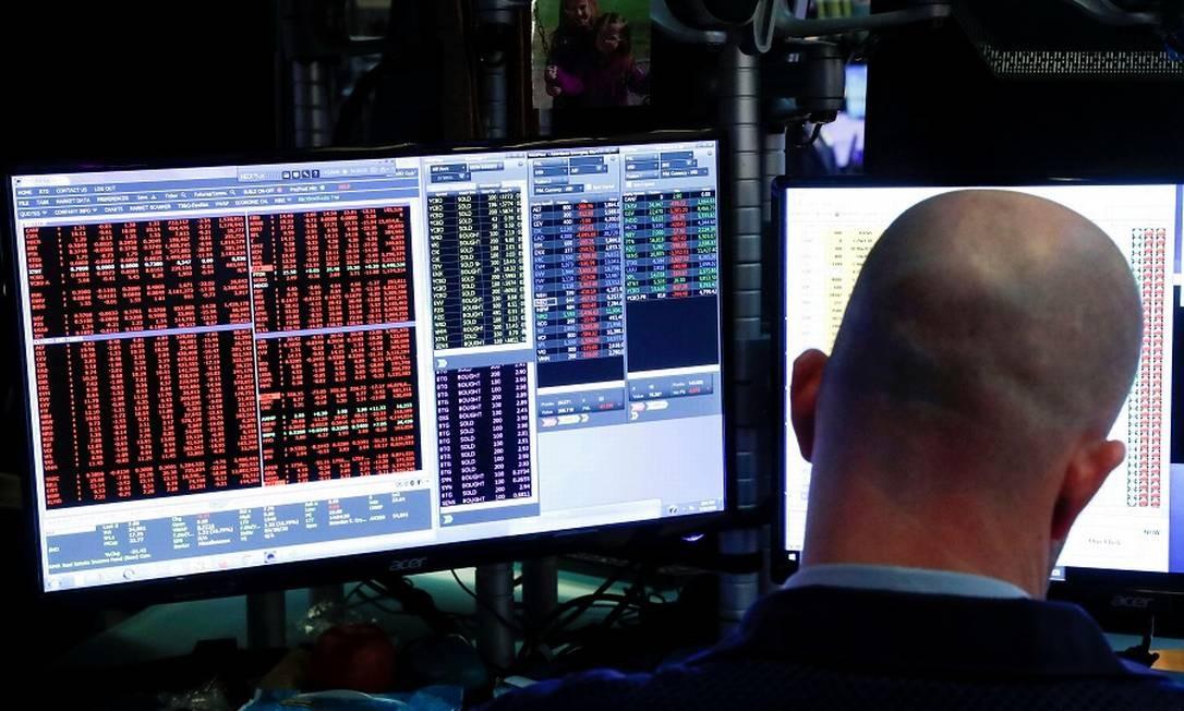 Operador na Bolsa de Nova York: descolamento entre mercados e crise provocada pelo vírus. Foto: Lucas Jackson / Reuters