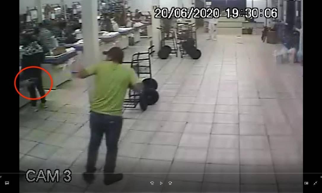 Gerente aponta a arma (em destaque) e dispara contra o cliente (verde) Foto: Reprodução
