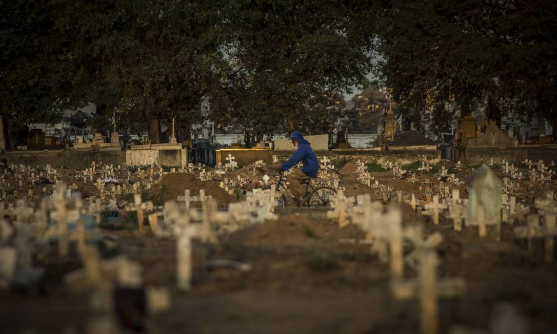 Covas rasas no Cemitério do Caju, no Rio Foto: Guito Moreto / Agência O Globo