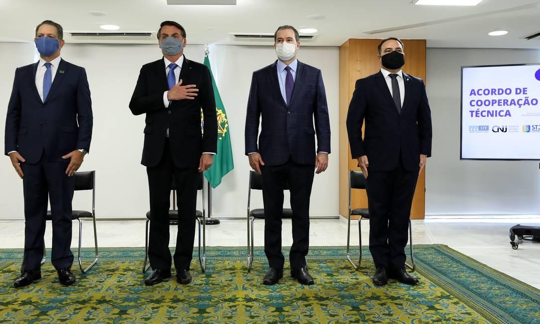 Os presidentes João Otávio Noronha (STJ), Jair Bolsonaro e Dias Toffoli (STF) e o ministro Jorge de Oliveira (Secretaria-Geral) Foto: Marcos Corrêa/Presi