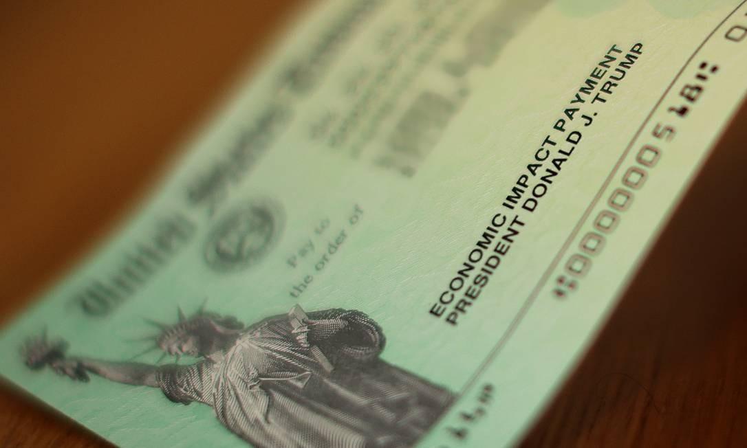 Cheque de auxílio econômico do governo dos EUA para a população durante a pandemia Foto: CHIP SOMODEVILLA / AFP