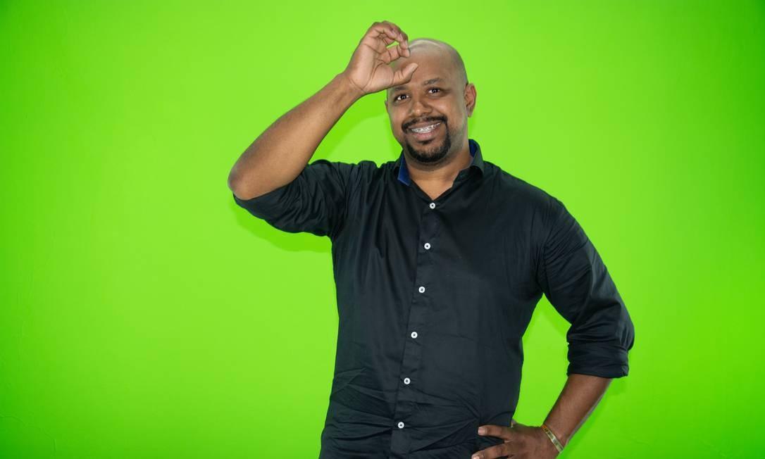 Intérprete e professor de Libras, Jadson Abraão faz o sinal que representa o verbo aprender Foto: Acervo Pessoal