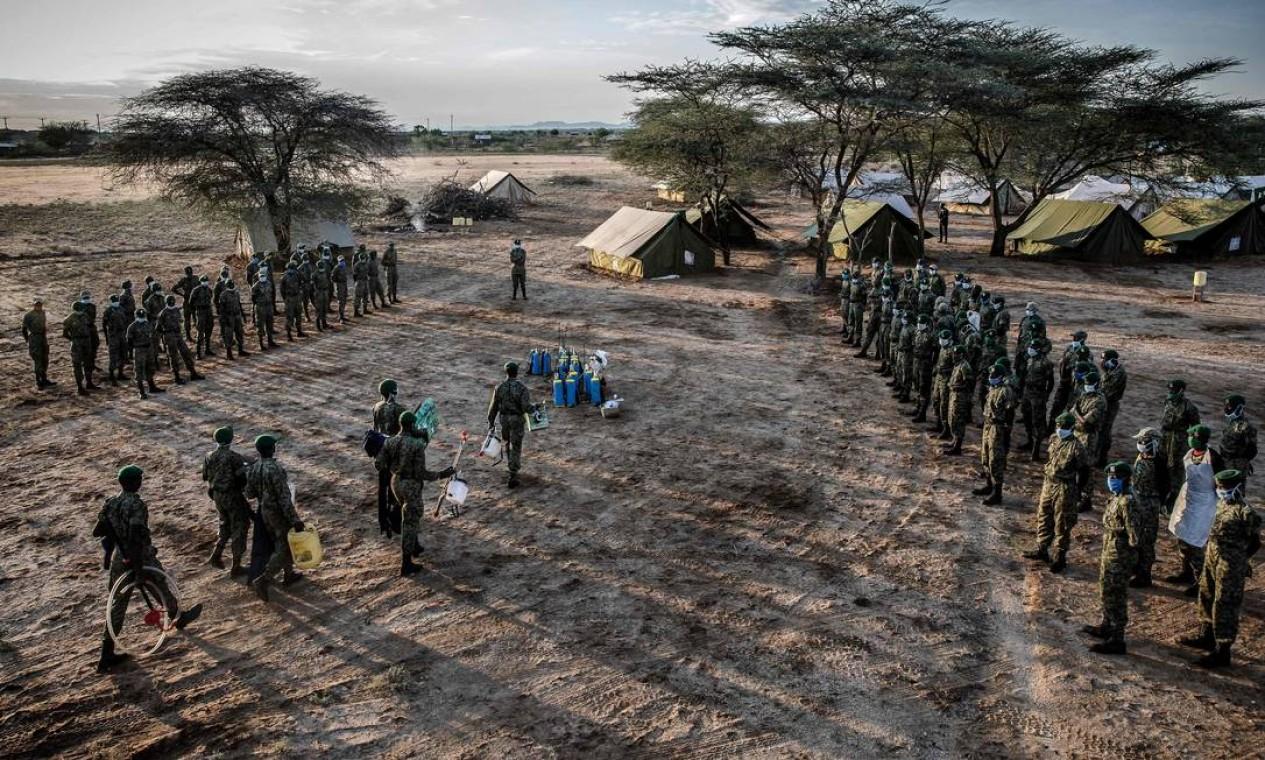 Membros do Serviço Nacional da Juventude do Quênia se preparam para pulverizar seu campo de operações no terreno da Escola Primária Kapese Foto: LUIS TATO / AFP
