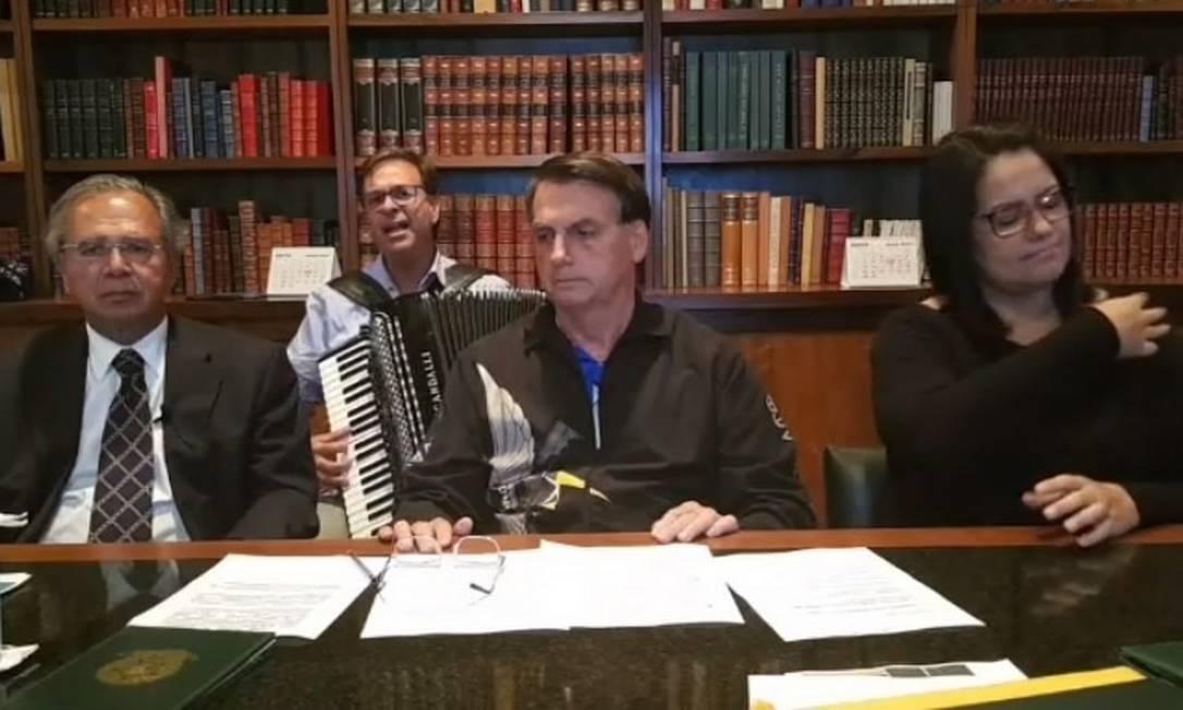 O presidente Jair Bolsonaro em transmissão ao vivo, ao lado do ministro Paulo Guedes Foto: Reprodução