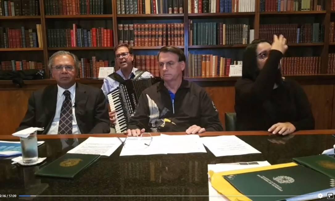 O presidente Jair Bolsonaro, o ministro da Economia, Paulo Guedes, e o presidente da Embratur, Gilson Machado, prestam homenagem às vítimas do coronavírus Foto: Reprodução