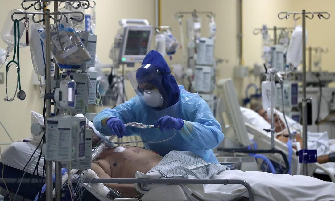 Profissional de saúde cuida de paciente infectado por Covid-19 Foto: Ivan Alvarado/REUTERS/18-6-2020