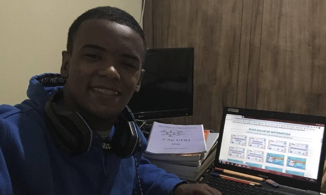 Conectado. Com aulas do colégio suspensas, Gabriel Barbosa estuda com a ajuda da plataforma Resolve Sim Foto: Arquivo pessoal