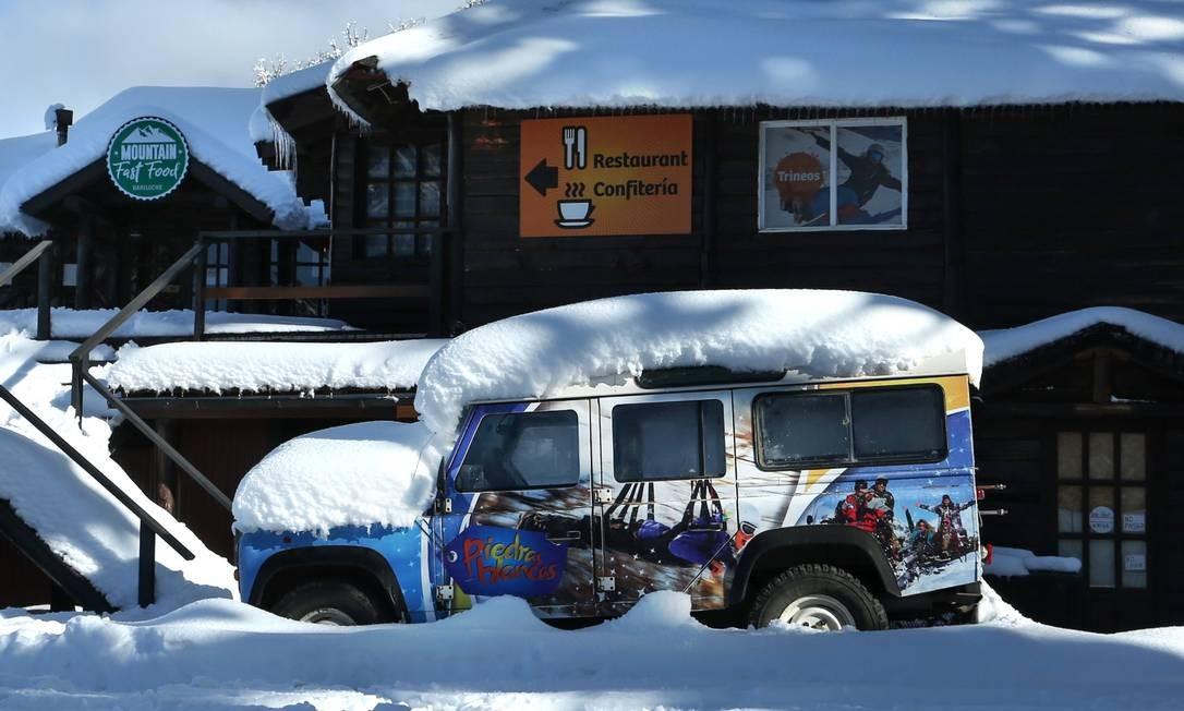 Caminhão coberto de neve na estação de esqui Piedras Blancas, na colina Otto, fechada para visitantes Foto: FRANCISCO RAMOS MEJIA / AFP