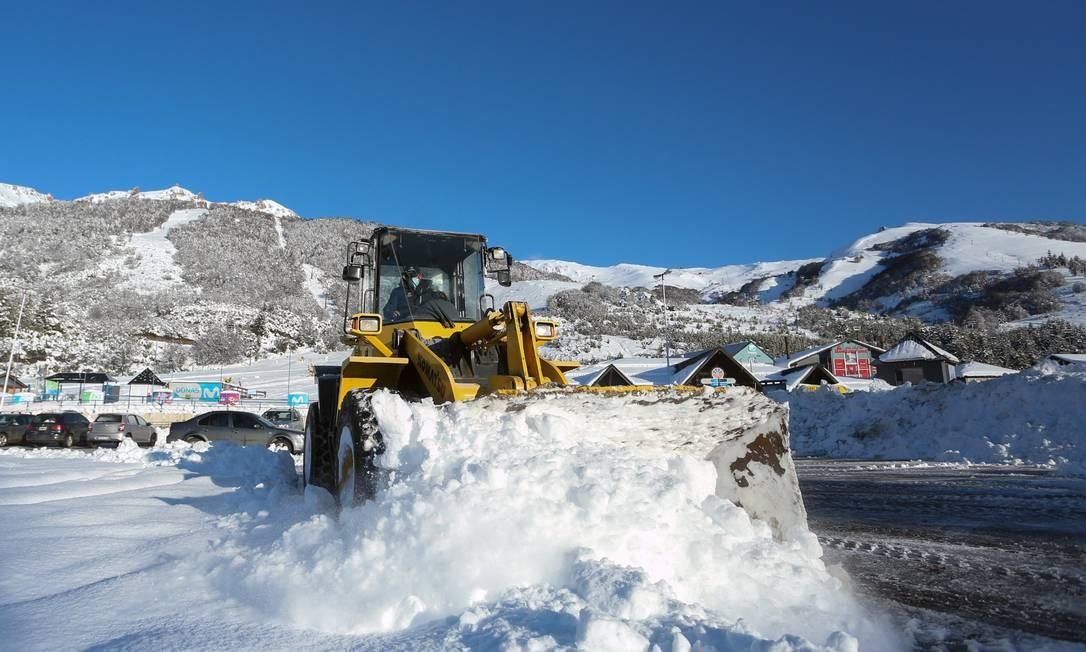 Trator remove neve de uma rua na base da estação de esqui Monte Catedral Foto: FRANCISCO RAMOS MEJIA / AFP