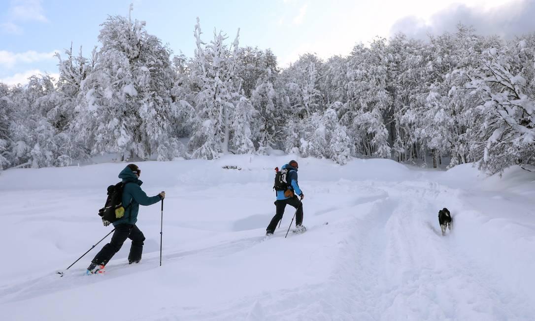 Um casal pratica esqui nórdico na colina Otto, durante o bloqueio imposto pelo governo argentino Foto: FRANCISCO RAMOS MEJIA / AFP